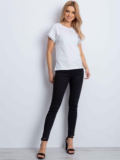 Biały t-shirt z kieszonką i naszywką                              zdj.                              5