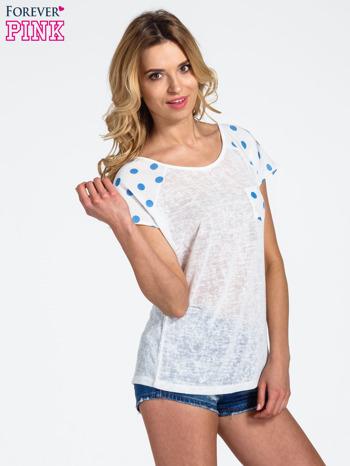 Biały t-shirt z kieszonką w groszki                                  zdj.                                  3