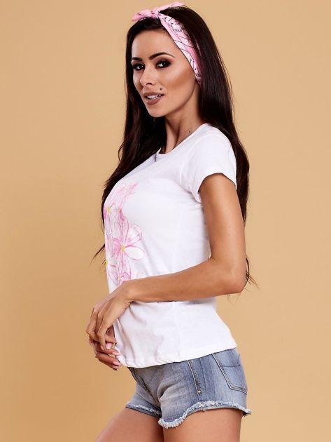 Biały t-shirt z kolorowym kwiatowym nadrukiem                              zdj.                              3