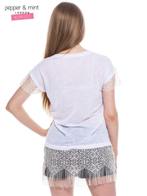 Biały t-shirt z koronką i frędzlami w stylu boho                                  zdj.                                  3