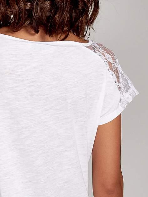Biały t-shirt z koronkową aplikacją na górze                                  zdj.                                  6