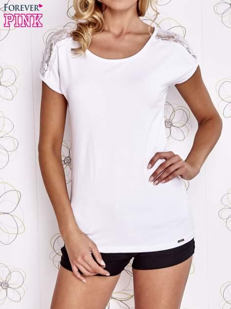Biały t-shirt z koronkowym wykończeniem rękawów                                  zdj.                                  1