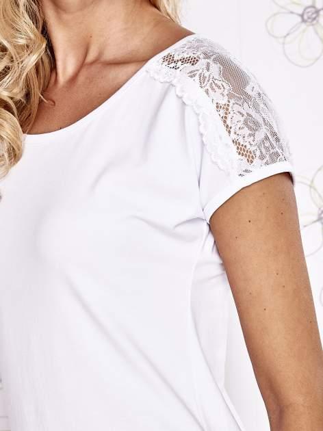 Biały t-shirt z koronkowym wykończeniem rękawów                                  zdj.                                  5