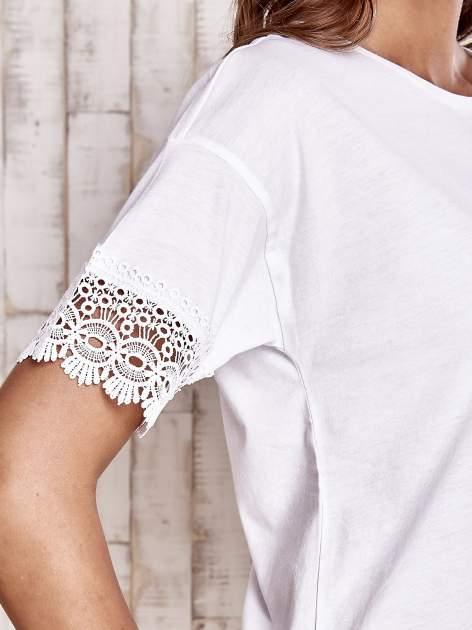 Biały t-shirt z koronkowymi rękawami                                  zdj.                                  5