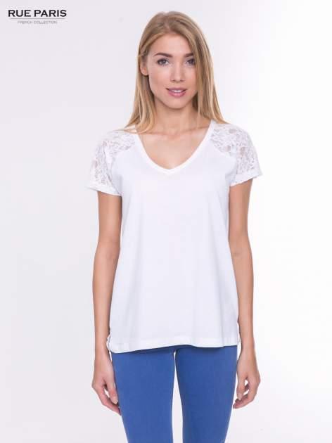 Biały t-shirt z koronkowymi rękawami i szyfonowym tyłem                                  zdj.                                  1
