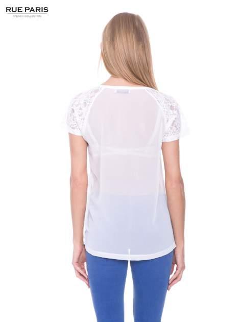 Biały t-shirt z koronkowymi rękawami i szyfonowym tyłem                                  zdj.                                  3