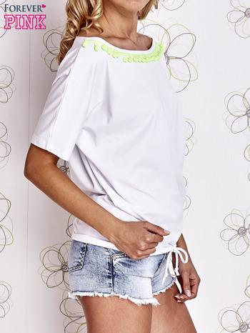 Biały t-shirt z limonkowymi pomponikami przy dekolcie                                  zdj.                                  3