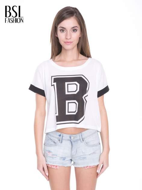 Biały t-shirt z literą B i kontrastowymi rękawami w stylu baseballowym