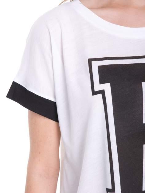 Biały t-shirt z literą B i kontrastowymi rękawami w stylu baseballowym                                  zdj.                                  7