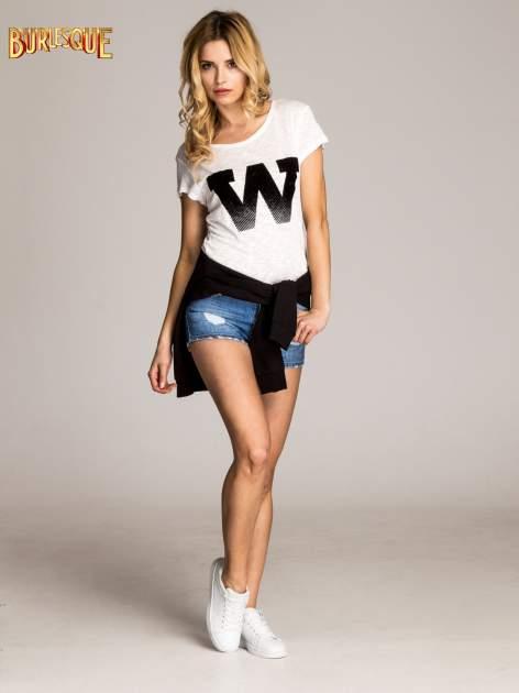 Biały t-shirt z literą W                                  zdj.                                  2