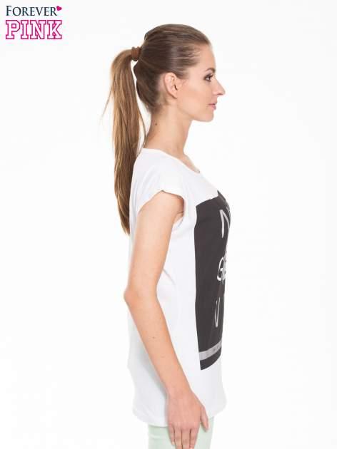 Biały t-shirt z modowym nadrukiem                                   zdj.                                  3