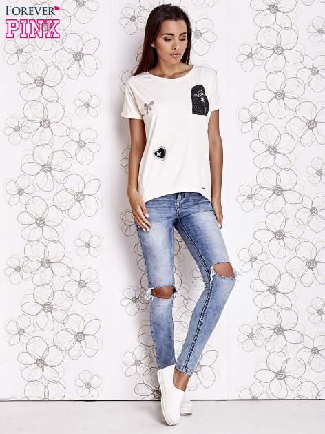 Biały t-shirt z motywem serca i kokardki                                  zdj.                                  2