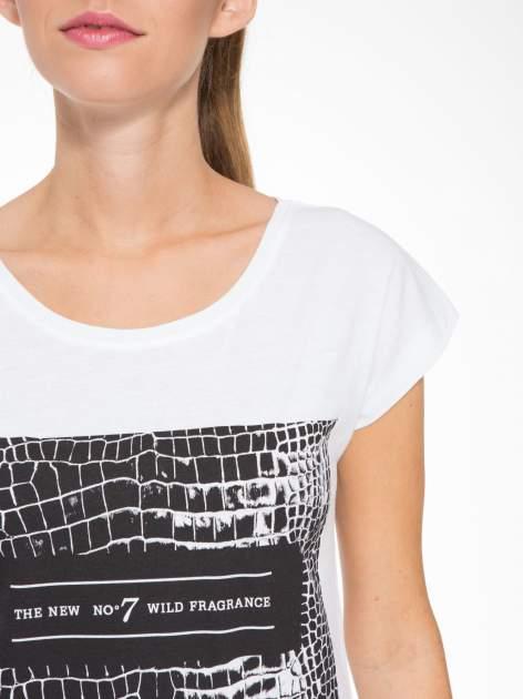 Biały t-shirt z motywem zwierzęcym                                  zdj.                                  6