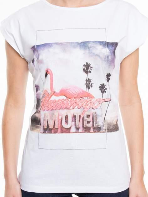 Biały t-shirt z nadrukiem FLAMINGO MOTEL                                  zdj.                                  3