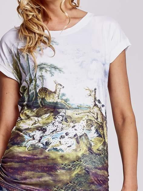 Biały t-shirt z nadrukiem krajobrazowym                                  zdj.                                  5