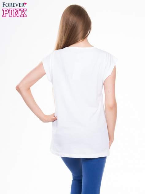 Biały t-shirt z nadrukiem kwiatu                                  zdj.                                  3