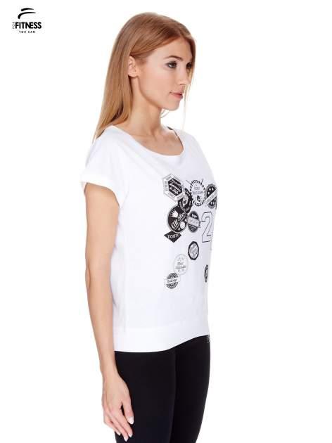 Biały t-shirt z nadrukiem naszywek                                  zdj.                                  3