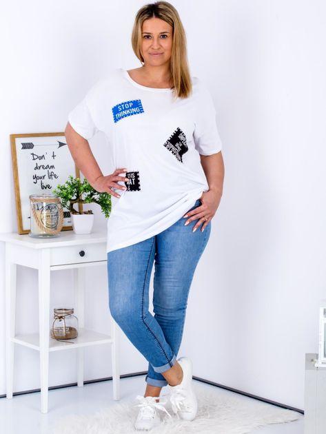 Biały t-shirt z nadrukiem naszywek PLUS SIZE                              zdj.                              4