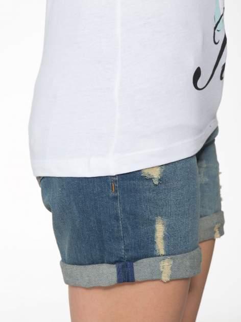 Biały t-shirt z nadrukiem stokrotki z dżetami                                  zdj.                                  9