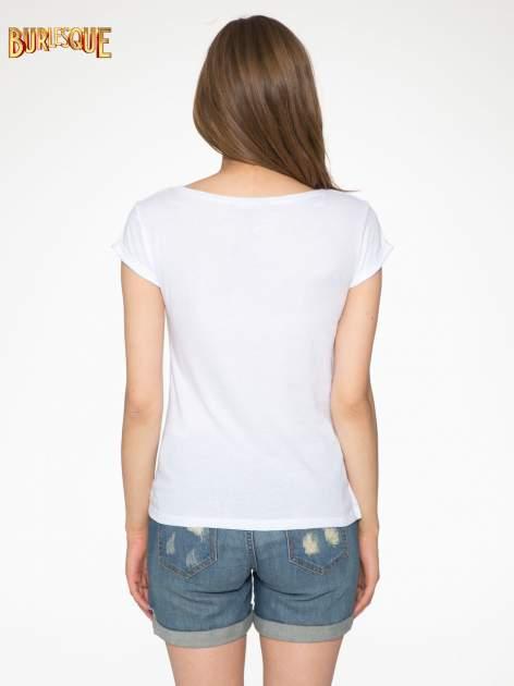 Biały t-shirt z nadrukiem szczeniąt                                  zdj.                                  4
