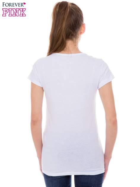 Biały t-shirt z nadrukiem trampek                                  zdj.                                  3