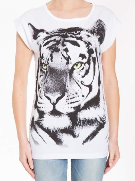 Biały t-shirt z nadrukiem tygrysa                                  zdj.                                  5