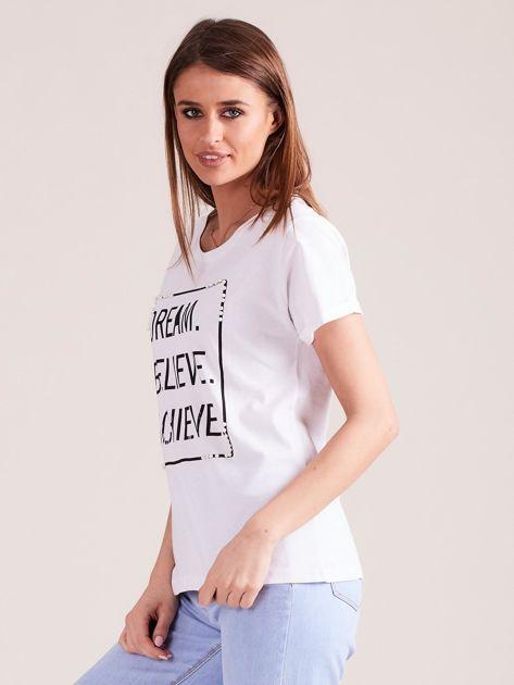 Biały t-shirt z napisami i perełkami                              zdj.                              5