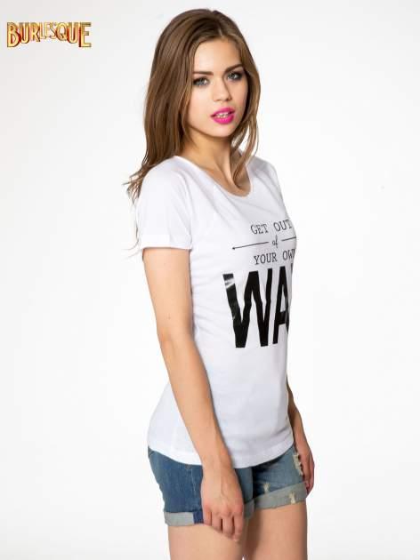 Biały t-shirt z napisem GET OUT OF YOUR OWN WAY                                  zdj.                                  3