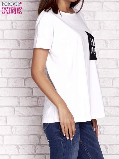 Biały t-shirt z napisem MORE HUGS                                  zdj.                                  3