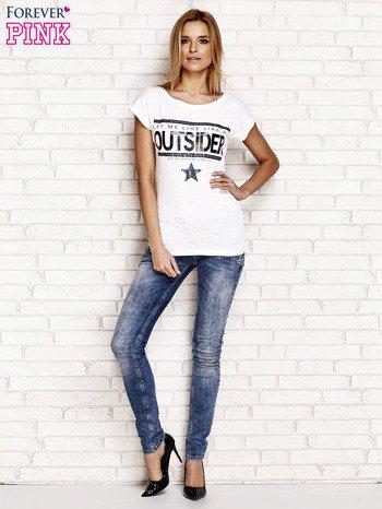 Biały t-shirt z napisem OUTSIDER                                  zdj.                                  2