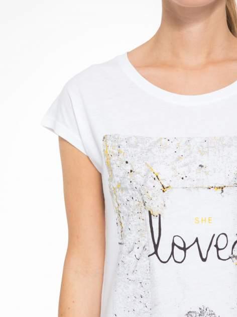 Biały t-shirt z napisem SHE LOVED                                  zdj.                                  6