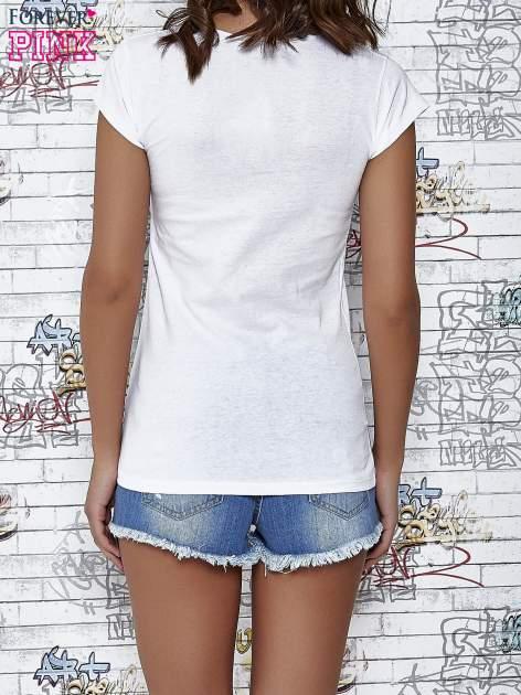 Biały t-shirt z napisem SHE SAYS BABE YOU LOOK SO COOL XX                                  zdj.                                  5
