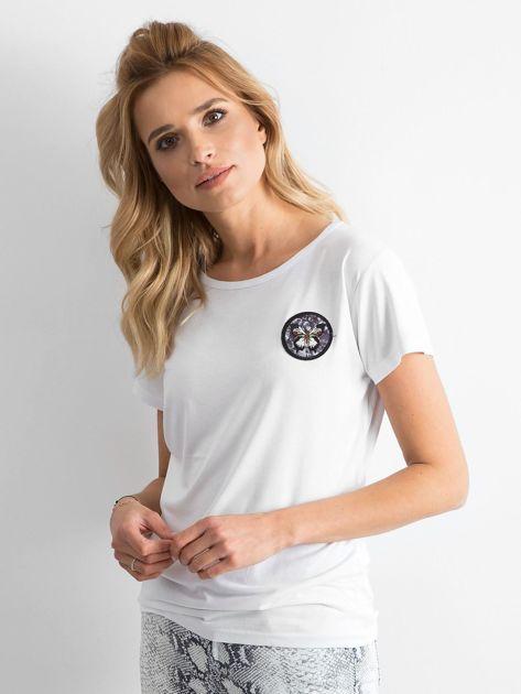 Biały t-shirt z naszywką                              zdj.                              3