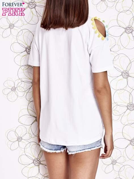 Biały t-shirt z naszywką motyla i pomponami                                  zdj.                                  4