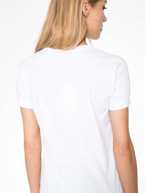 Biały t-shirt z nazwami stolic mody                                  zdj.                                  9