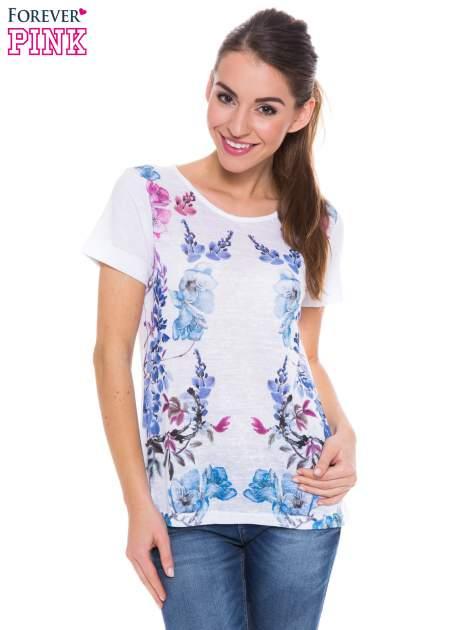 Biały t-shirt z niebieskim nadrukiem roślinnym