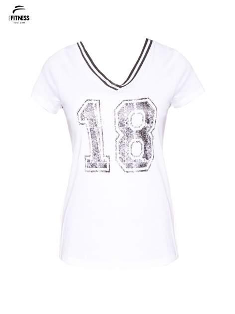 Biały t-shirt z numerem i sportową lamówką w stylu college                                  zdj.                                  2