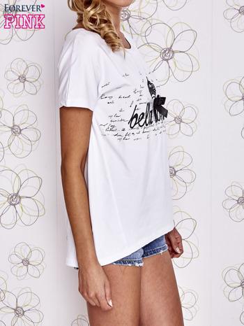 Biały t-shirt z ozdobnym napisem i kokardą                                  zdj.                                  3
