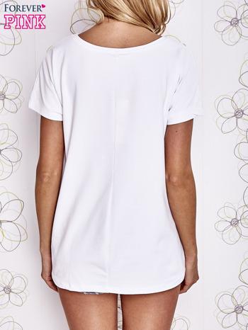 Biały t-shirt z ozdobnym napisem i kokardą                                  zdj.                                  2
