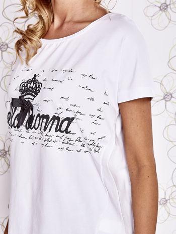 Biały t-shirt z ozdobnym napisem i kokardą                                  zdj.                                  5