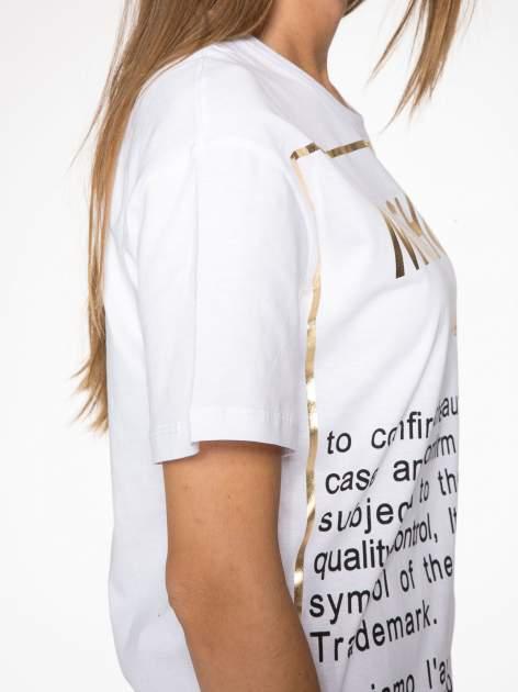 Biały t-shirt z tekstowym nadrukiem i znakami chińskimi                                  zdj.                                  9