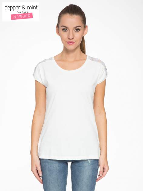 Biały t-shirt z tiulowo-panterkową wstawką przy ramionach                                  zdj.                                  1
