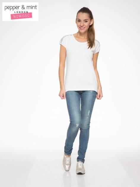 Biały t-shirt z tiulowo-panterkową wstawką przy ramionach                                  zdj.                                  4