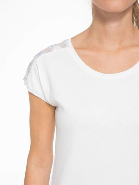 Biały t-shirt z tiulowo-panterkową wstawką przy ramionach                                  zdj.                                  5
