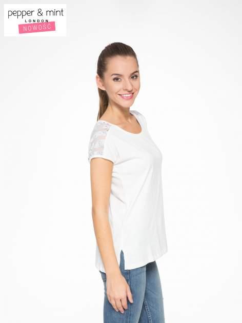 Biały t-shirt z tiulowo-panterkową wstawką przy ramionach                                  zdj.                                  2