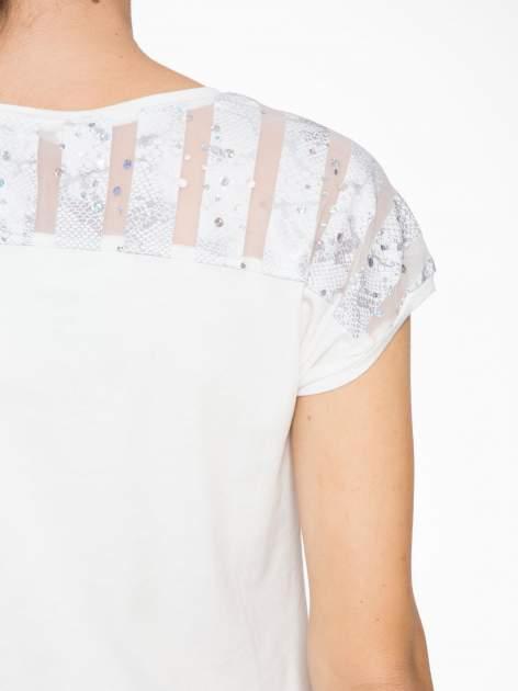 Biały t-shirt z tiulowo-panterkową wstawką przy ramionach                                  zdj.                                  7