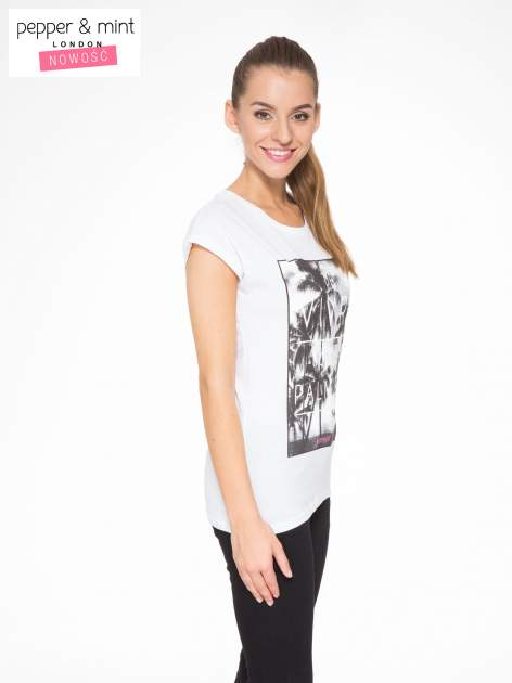 Biały t-shirt z tropikalnym nadrukiem                                  zdj.                                  3