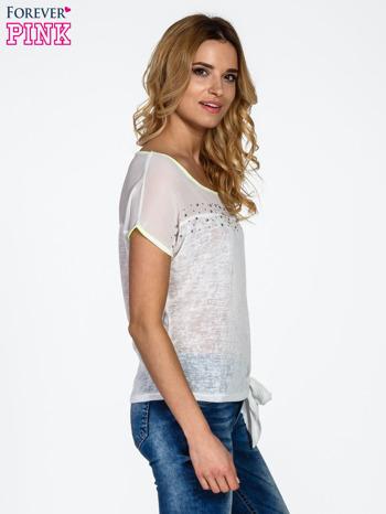 Biały t-shirt z wiązaniem z boku                                  zdj.                                  3