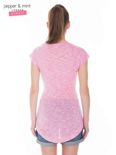 Biały t-shirt z wydłużanym tyłem w kolorze fuksji                                  zdj.                                  4