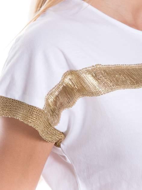 Biały t-shirt ze złotą aplikacją                                  zdj.                                  4